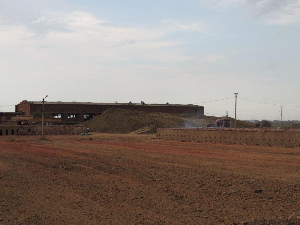 Кирпичный завод в Дагестане. На переднем плане справа длинная печь из кирпичей, которые обжигаются газом, чаще всего из нелегально врезанной в магистраль трубы. Фото предоставлено движением «Альтернатива»