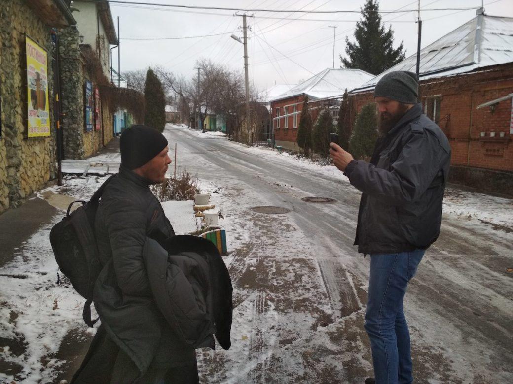 Освобожденный из рабства Виталий и волонтер «Альтернативы» Влад на улице Ставрополя. Фото предоставлено автором